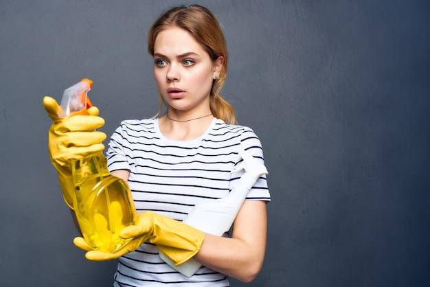 Huisvrouwen wasmiddel vodden sponzen dienstverlening