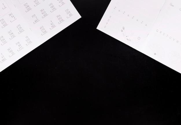 Huiswerk op zwart bureau