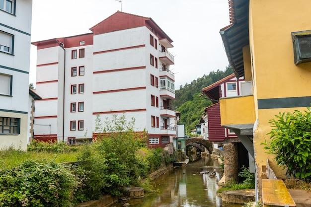 Huizen aan de rivier van de gemeente ea in de buurt van lekeitio, golf van biskaje in cantabrië. baskenland