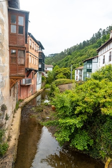 Huizen aan de rivier van de gemeente ea in de buurt van lekeitio, golf van biskaje in cantabrië. baskenland Premium Foto