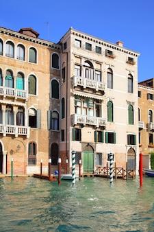 Huizen aan het canal grande in venetië, italië