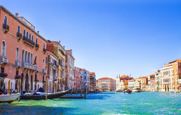 Huizen aan het canal grande in venetië