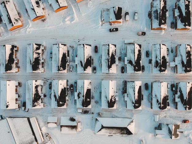 Huizen bedekt met sneeuw