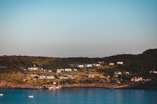 Huizen buurt dichtbij oceaan