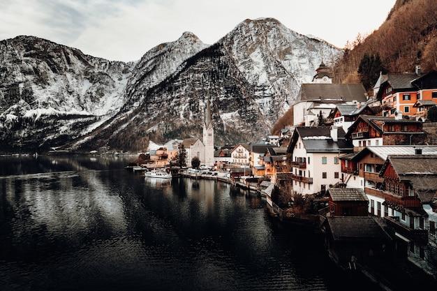 Huizen dichtbij watermassa en berg