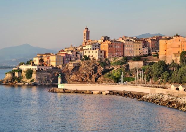 Huizen en gebouwen in de stad bastia met prachtige kleuren van de schemering