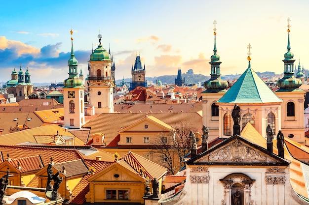 Huizen en kerken in praag, tsjechië