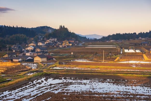 Huizen en rijstlandbouwbedrijf bij zonsopgang, kiso-vallei