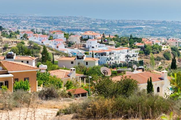 Huizen gelegen op een heuvel met uitzicht op zee