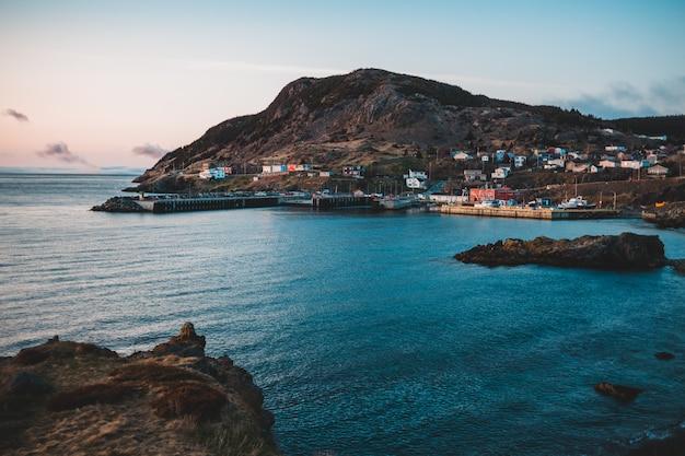 Huizen in de buurt van de oceaan