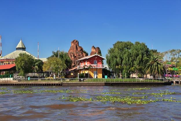 Huizen in de delta van de rivier de tigre, buenos aires, argentinië