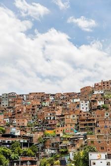 Huizen in de stad medellin in antioquia, colombia