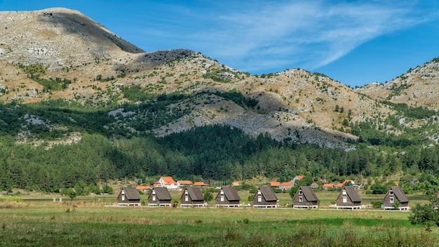 Huizen in de vallei in de bergen van montenegro.