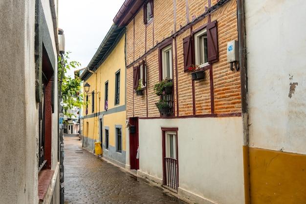 Huizen in het historische centrum van de gemeente ea in de buurt van lekeitio, golf van biskaje in de cantabrische zee. baskenland