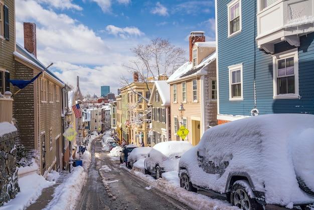 Huizen in historisch bunker hill-gebied na sneeuwstorm in boston, massachusetts, vs