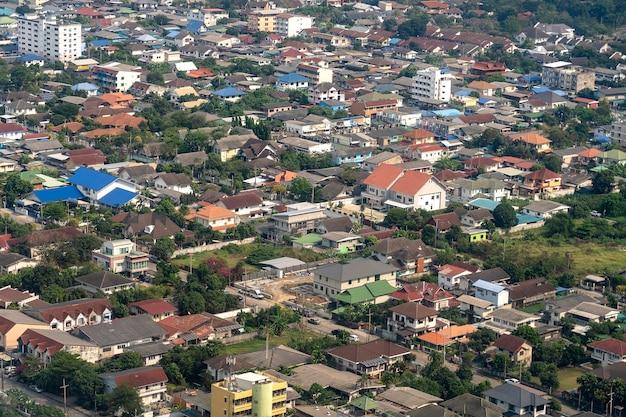 Huizen in thailand, een uitzicht vanuit het vliegtuigraam. architectuur achtergrond. luchtfoto van huis en straat in bangkok, thailand