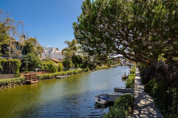 Huizen langs de grachten van venetië, in venice beach, los angeles, californië.