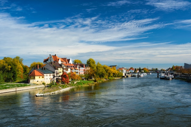 Huizen langs de rivier de donau. regensburg, beieren, duitsland
