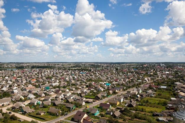 Huizen met één verdieping in een kleine stad, close-up van het stadsleven, foto hierboven