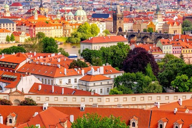 Huizen met rode daken in praag met de karelsbrug, tsjechië.