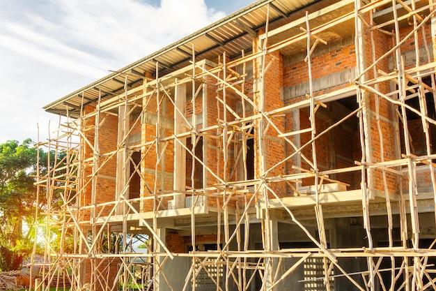 Huizen met twee verdiepingen zijn in aanbouw in thailand, modern huisontwerp.