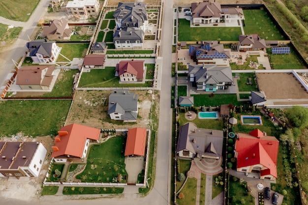 Huizen met verharde werven en groen gras gazon