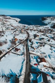 Huizen op besneeuwde grond overdag