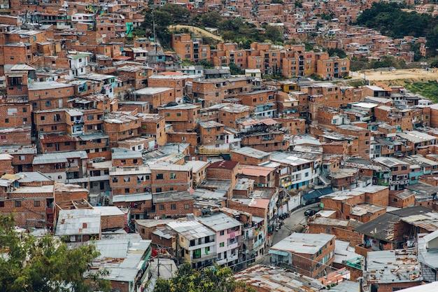 Huizen op de heuvels van comuna 13 in medellin, columbia