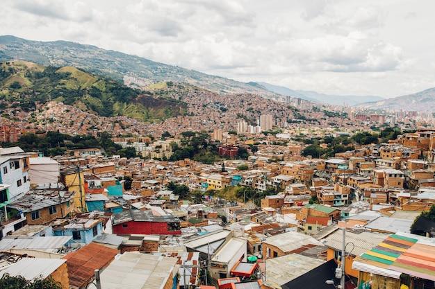 Huizen op de heuvels van comuna in medellin, columbia