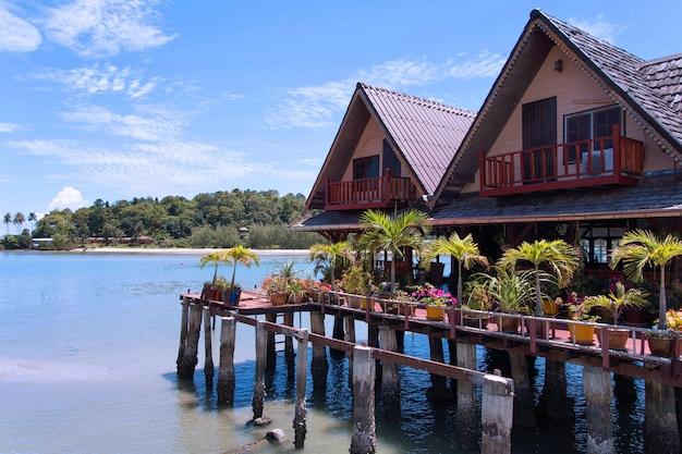 Huizen op palen in het vissersdorp bang bao koh chang thailand
