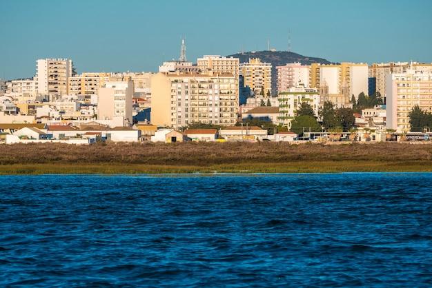 Huizen rond het strand van faro.