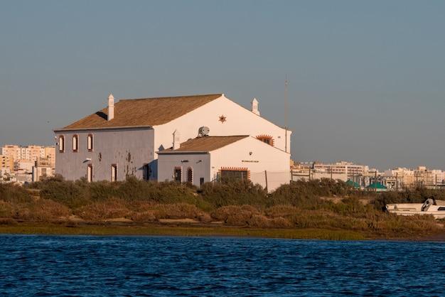 Huizen rond het strand van faro