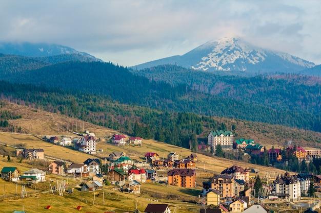 Huizen van bukovel skiresort in de karpaten in oekraïne