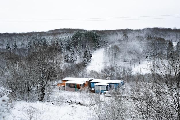 Huizen van de armen. sloppenwijken in een bosrijke omgeving. besneeuwd bos. rusland, smolensk 01.28.2021