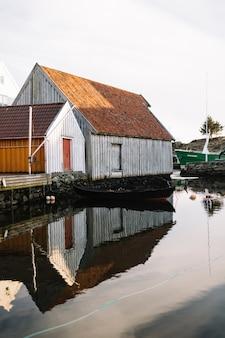Huizen weerspiegeld in het water