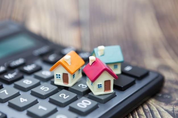 Huizen wordt op de rekenmachine geplaatst.