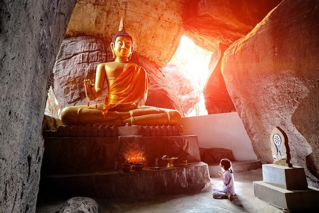 Hulde brengen aan een boeddha-afbeelding