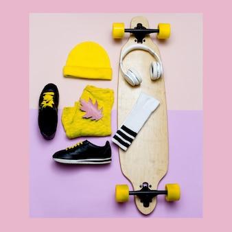 Hulp bij modeblogger. een set muts en sneakers. modieuze sokken.skateboard.sportvibes