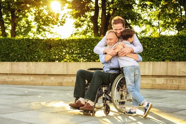 Hulp voor gehandicapten. familie relaties.