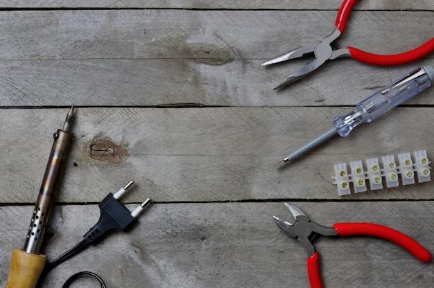 Hulpmiddel voor het werken met een elektricien op een houten achtergrond. kopieer ruimte