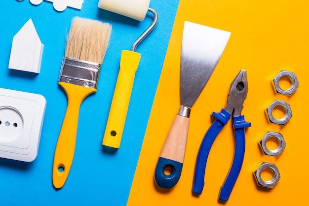 Hulpmiddelen bouwen op kleurrijke tafel
