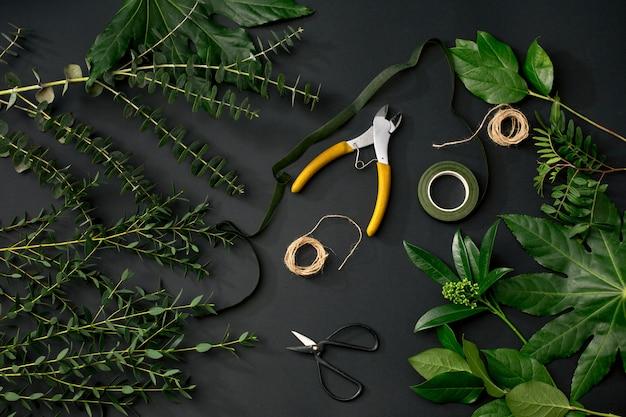 Hulpmiddelen en accessoires die bloemisten nodig hebben om een boeket te maken