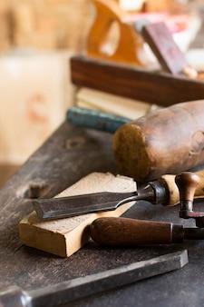 Hulpmiddelen en hout timmerwerk concept