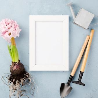 Hulpmiddelen en hyacintwortel op tafel
