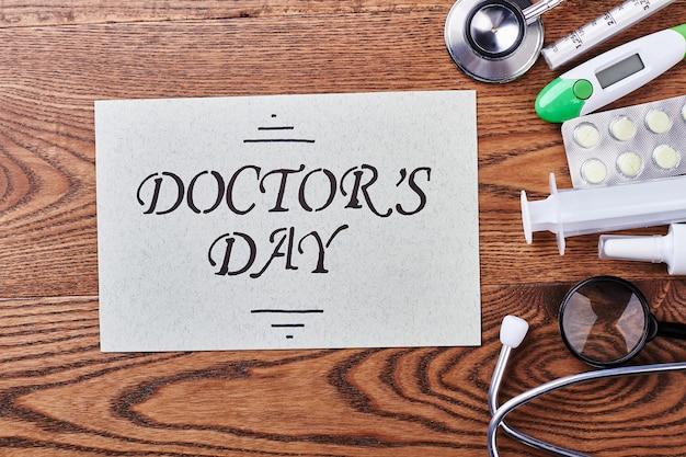 Hulpmiddelen en kaart op hout. hoe u uw arts kunt feliciteren.