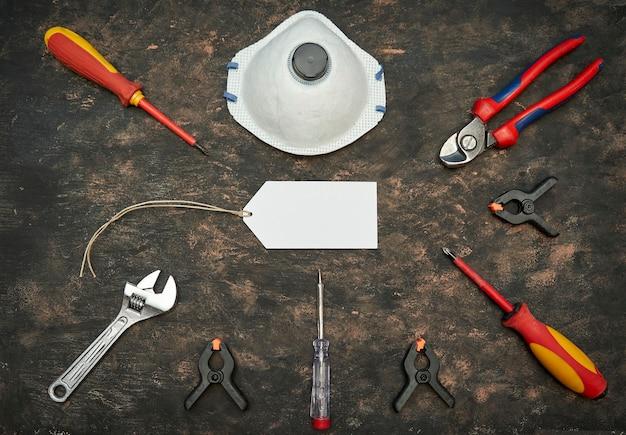 Hulpmiddelen en masker voor werk met covid-seizoen