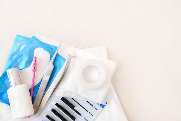 Hulpmiddelen. lijm, pincet, borstels. procedure voor het verlengen van wimpers