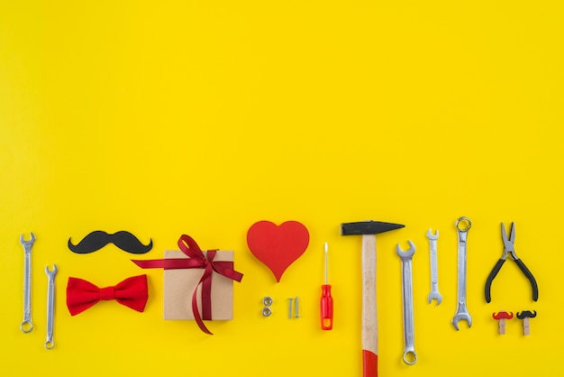 Hulpmiddelen met geschenkdoos, papieren snor en rood hart