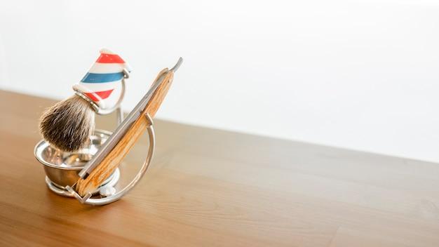 Hulpmiddelen om baard op tafel te scheren