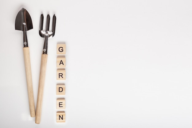 Hulpmiddelen om thuis te tuinieren en tuin tekst gemaakt van houten kubus